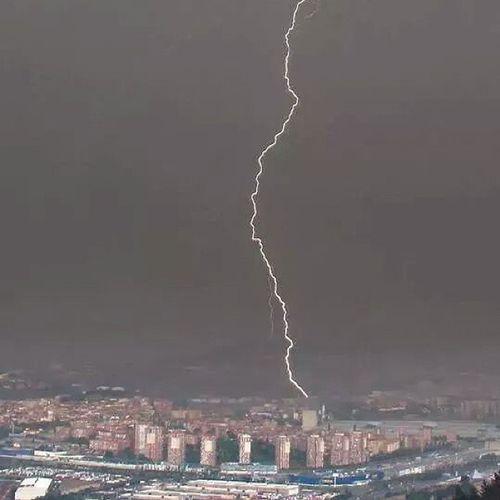 Gran rayo que cayó ayer sobre la torre del Beč en Barakaldo . Tormenta Ekaitza Euskadi Bizkaia