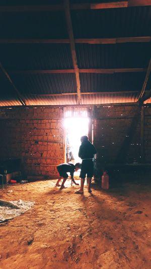 Crianças brincando na Casa de Reza | Aldeia Tekoa Itakupe EyeEmNewHere Kids Humanityphotography Documental Documentary Photography Indigenous  Pico Do Jaragua People Togetherness Men Two People
