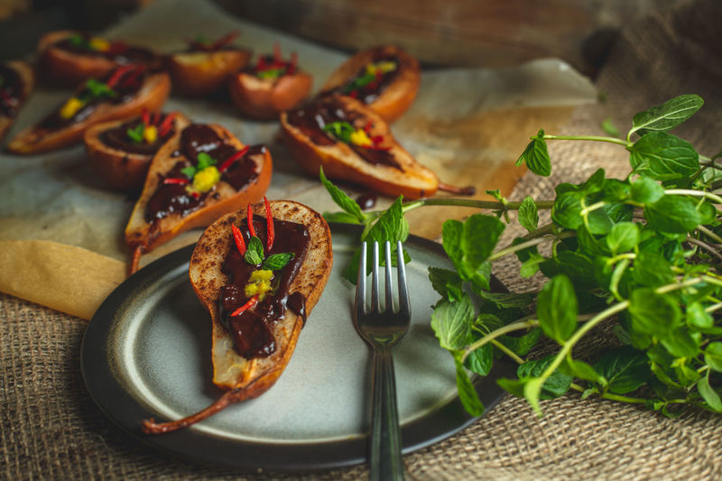 Pears baked on butter with cinnamon and sugar, topped with bitter chocolate with the addition of mint, chilli and peel citrus Breakfast Snack Food Healthy Eating Healthy Lifestyle Calories Diet Colorful Food Lunch Mittagstisch Mittagessen Essen Vitamin Sweet Sweets Baking Eating Romantic Food Pear Mint Minze Lecker Tasty Desert