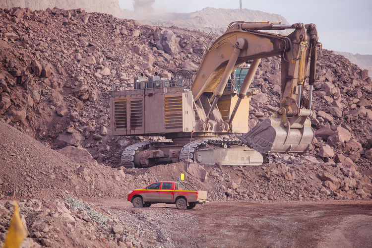 Big shovel loading of copper ore Chile Earth Heavy Industrial Industry Minerals Oversized Scale  Transport Transportation Copper  Day Dump Earth Mover Loading Mine Mineral Mining Mining Industry Pick-up Truck Quarry Quarry Rock Shovel Vehicle Yellow