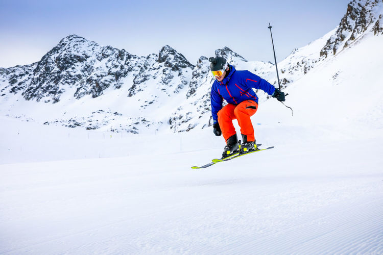 Snow Cold Temperature Sport Winter Mountain Winter Sport Leisure Activity Adventure One Person Skiing Mountain Range Vacations Real People Lifestyles Holiday Motion Beauty In Nature Day Trip Ski-wear Snowcapped Mountain Warm Clothing Outdoors
