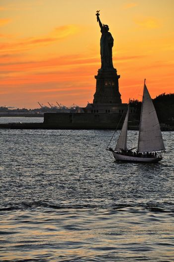 ✨Statue of Liberty✨ New York New York City Sailing Hudson River Impression Enjoying Life Sunrise Sunset Water Statue Statue Of Liberty USA Traveling EyeEm Best Shots Travel Photography EyeEm Gallery Beliebte Fotos EyeEmBestPics Capture The Moment Great Atmosphere Obama Manhattan