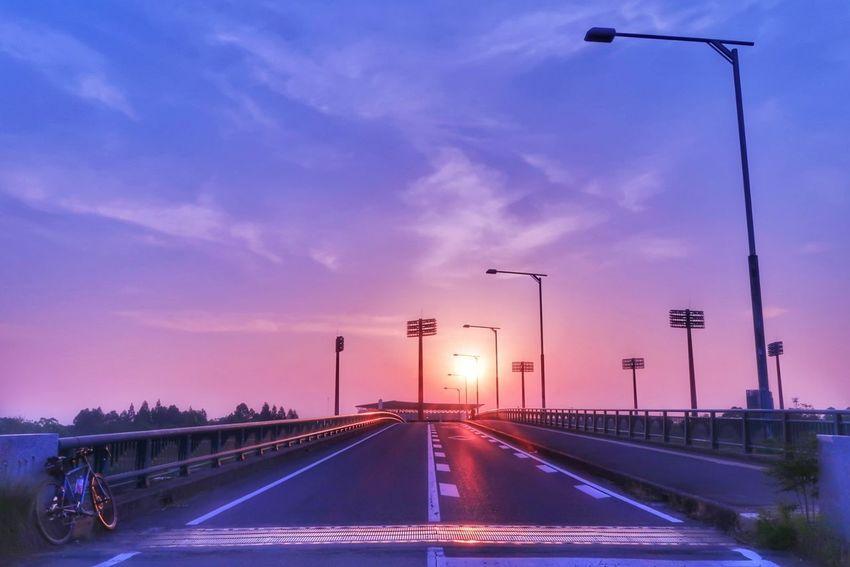 朝日 朝焼け 朝 日の出 夜明け 野球場 橋 自転車 ロードバイク サイクリング グラデーション Bicycle Morning Glory EyeEm Best Shots EyeEm Nature Lover Beauty In Nature Sunrise Morning Sky Baseball Stadium Bridge Road Blue Sky Sky Sunset Street Light