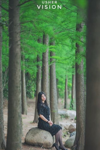 One Person Sitting Tree Green Color Nature Tree Trunk Beauty In Nature Women Day Tranquility Outdoors Long Hair Full Length Tranquil Scene Casual Clothing Only Women Adult One Woman Only Relaxation Portrait Beauty Nikon