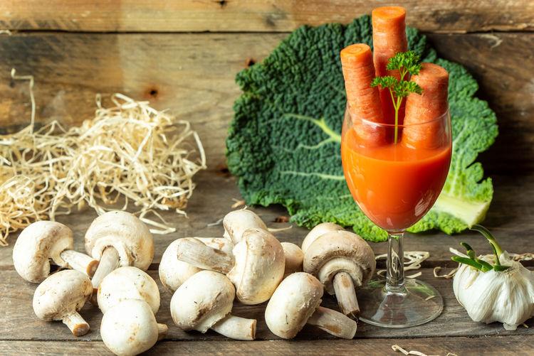 bio und Gesundheit Spring Coctail Carrot Vitamin Vitamins Gesundheit Saft  Juice Healthy Lifestyle Vegetable Herb Close-up Food And Drink Garlic Bulb Garlic Growing Mushroom Raw