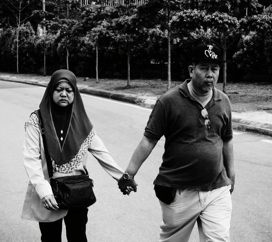 Anty Worried Look Worried Face Dontbeupset While Still U Have Someone 2 Hold Ur Hands With Heart ❤ Streetphotography People Walking Around The City  Blackandwhite Two People EyeEmNewHere EyeEm Selects EyeEm Nature Lover