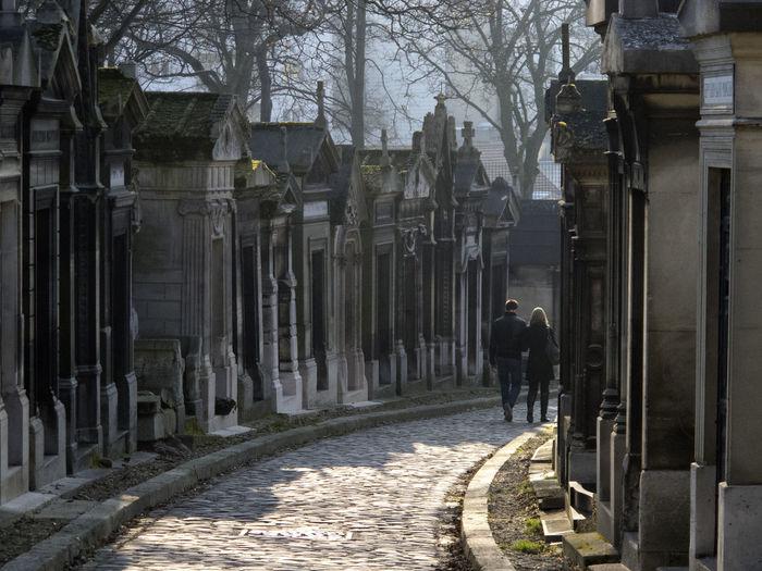 Couple at cemetery Paris Couple Love Mujer Pareja Père Lachaise Amor Architecture Cementerio Hombre Melancolia Outdoors Parejas Parejas♡