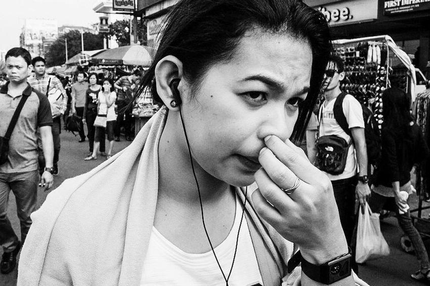 Showcase:December Streetphotography Street B&w Street Photography Girl Lady Blackandwhite Black And White Black & White Black&white Streetphoto_bw EyeEm Street Photography Up Close Street Photography Up Close Street Photograpy