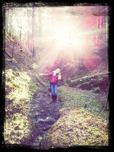 Чарівна дівчинка у лісі...