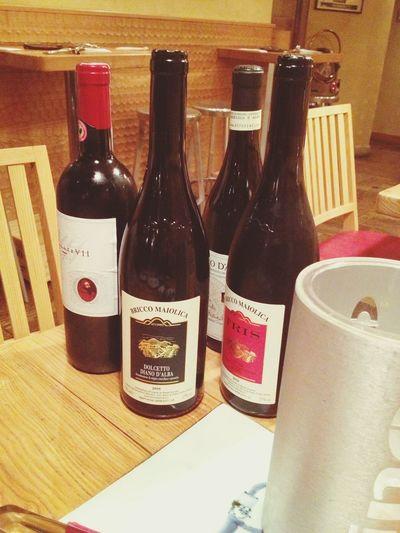 海を思わせる白ワインのあと、赤選びに余念のないMr.ワインとソムリエの会話に酔うわ〜