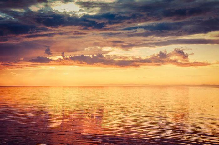 лето синь золото Закат закат у моря пурпурный Sea Sunset зефирные облака Море Байкал закатнадморем