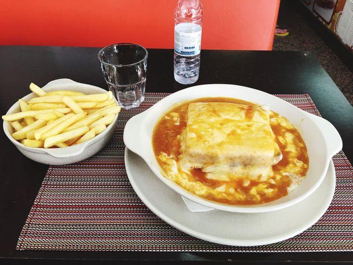 Francesinha - Croque monsieur à la Portugais ; très riche, accompagnée de frittes. Table Food Portugal Gastronomie Du Monde Gastronomie Portugaise Croque Monsieur Portugais
