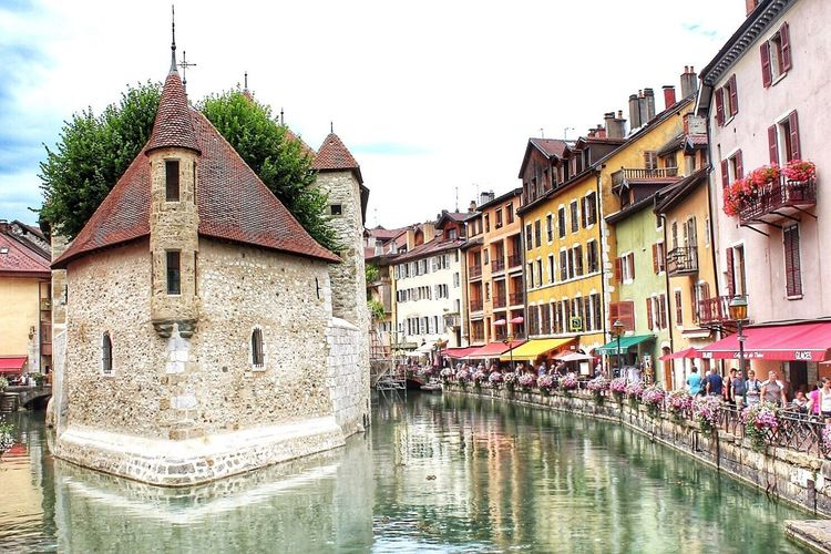 Canal Architecture Building Exterior Water Old Town Travel Destinations Day Tranquility Outdoors Built Structure Sky Nautical Vessel Large Group Of People Clear Sky Watermill Nature Gondola - Traditional Boat People Annecy