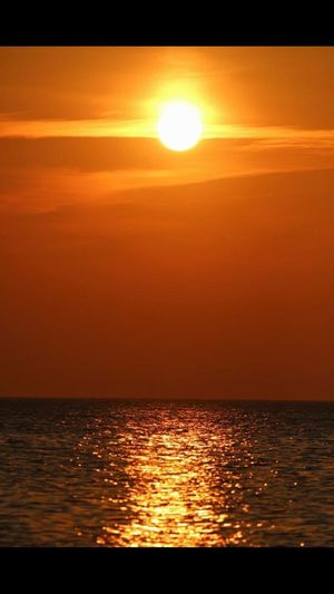 Sunset Sun Sea Orange Color Scenics Beauty In Nature Water Reflection Nature Tranquil Scene Sunlight Tranquility Horizon Over Water Idyllic Silhouette Sky No People Outdoors Waterfront Sommergefühle Sunlight And Shadow Sunlight Sunshine Augenblicke Sunlight ☀