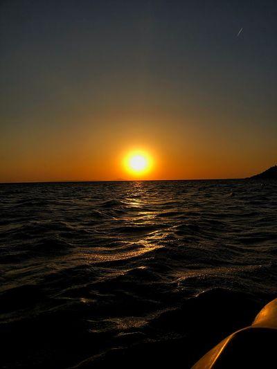 Dalgaların ortasında ,kıyıdan epeyce uzakta ,sevdiklerim yanımda... Tekrar tekrar yaşamak istenilen anlardan🖤