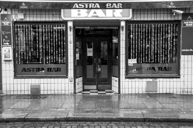 Streets of Hamburg/ St.Pauli 040 0815 Astra Astra Bar Black And White Black And White Photography Brand Dirty Famous Place Fortheloveofblackandwhite Hamburg Hamburger Kiez Kiez KNEIPE Old Old Buildings Pub Sankt Pauli Schwarzweiß St. Pauli Street Streetphoto_bw Streetphotography Urban Geometry Windows