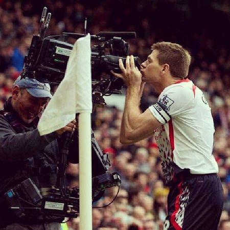 การทำประตูครั้งที่สอง' จูบกล้องฉลองเบยจ้าา . 2-0!!!!!!! Stevengerrard Oldtrafford