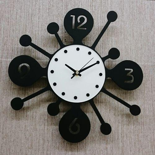 Waktu terlalu lambat bagi yg sedang menunggu, waktu terlalu panjang bagi yg Berduka.Waktu trlalu pendek bagi yg sedang brgembira. Waktu terlalu mahal bagi yg tlah menyia-nyiakannya. Namun,Waktu mnjd istimewa bagi yg menghargainya..?Watch The Clock Black And White