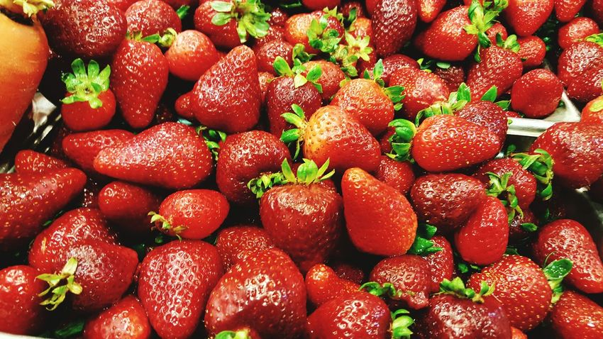Red Food And Drink Freshness Fruit Healthy Eating Abundance Large Group Of Objects Food Strawberry Full Frame Backgrounds High Angle View Consumerism Close-up Vibrant Color Green Color Variation Retail  Retail Display Day Stawberries Stawberry Freshness