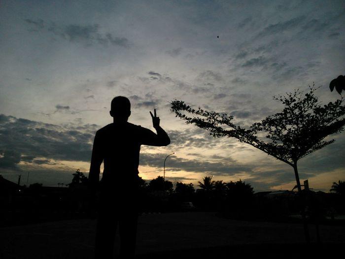 ...Dan hanya tanah tempat darah ku bertumpah, tapi hanya sunset tempat ku bercerita.. Sunset Silhouette Enjoying Life People