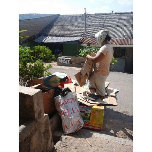 "Bersih2 kost-kosan Punya tante gwa..Serius yg ngontrak sebelum ny kyak Tai...Kotor abis... Then,after finished...lansung datang tu...Kakak kakak Yg mulung 😊😁😄😅 Bilang makasi gak tanggung banyak nya... ""Makasi ya om"" jiahhh...di panggil om 😱😖 Kostkosan BatuAji Batam"