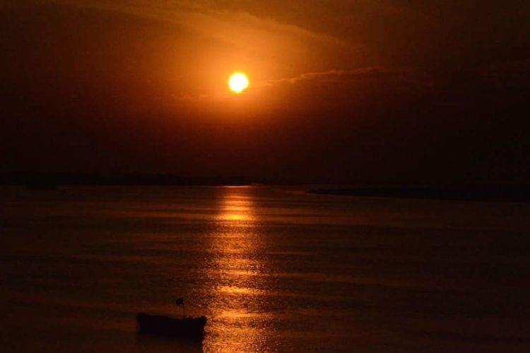 Sun Scenics Sunset Tranquil Scene Tranquility Beauty In Nature Majestic Water Sea Reflection Idyllic Seascape Orange Color Sky Nature Ocean Waterfront Non-urban Scene Atmospheric Mood Outdoors
