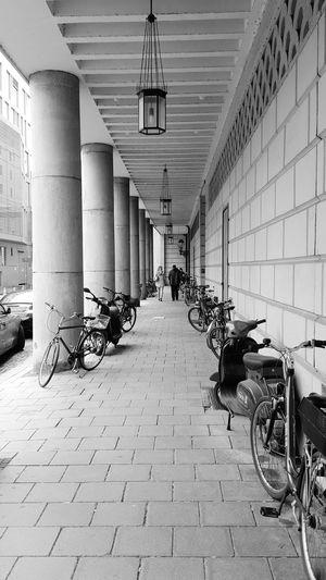 Monochrome_life Nikonphotography Urbanphotography Blackandwhite Photography Street Photography München :))