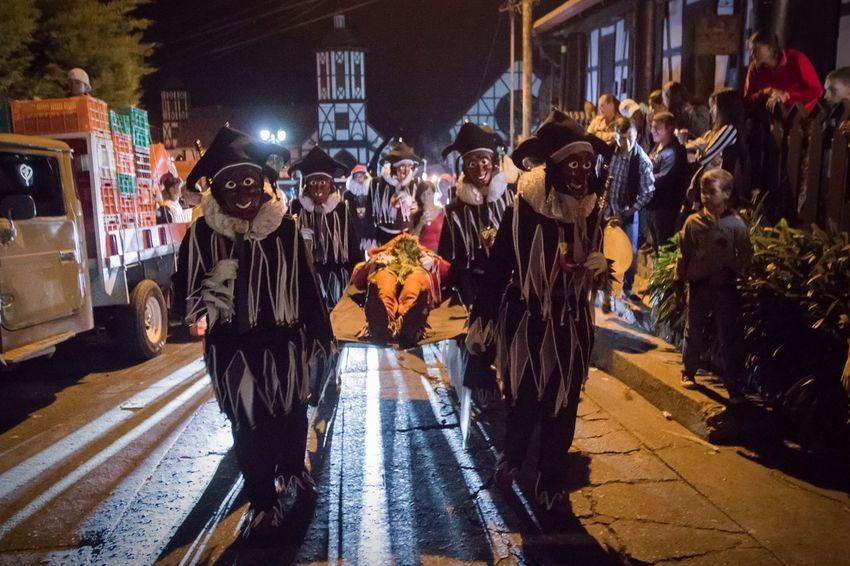 El último día de carnaval, devuelven al Jokili a la fuente, le hacen un pequeño funeral y esperan hasta el año siguiente para comenzar de nuevo. Streetphotography Venezuela Carnival