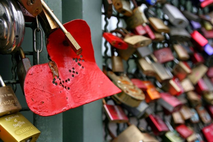 Liebesschloss Liebesschlösser Lovelocks Valentinstag Valentine's Day  Valentine Schloss Schlösser Lovelock Köln Glück Luck Happiness Togetherness Bridge Bridge - Man Made Structure Liebe Love No People Abundance Hanging Day Indoors  Close-up