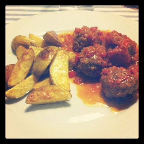 Hemgjord klyftpotatis med italienska köttbullar i tomatsås, värdig en plats i familjekokboken. InteLCHF Såjävlagott
