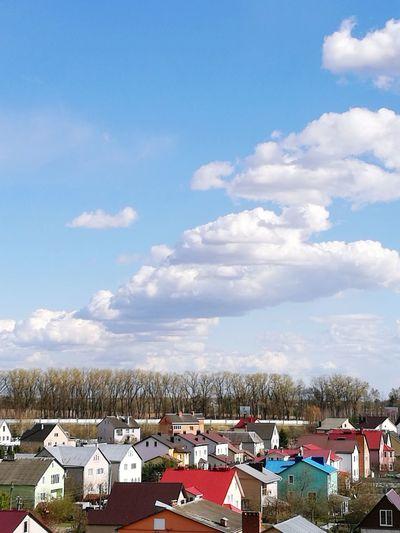 дома крыши небо облака между небом