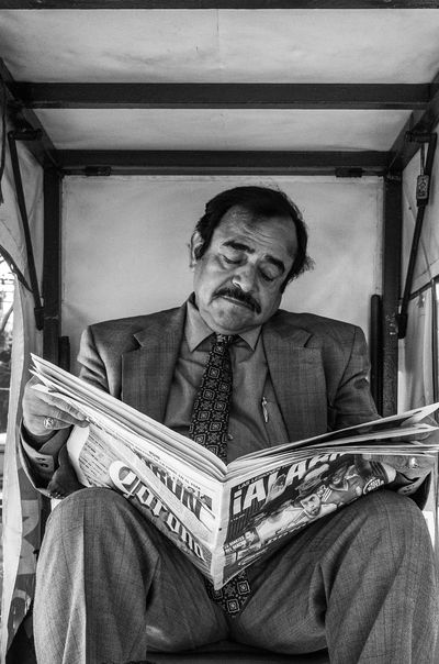 A candid street portrait EyeEm Best Shots EyeEm Selects EyeEmSelect Mexico Mexico City PortraitPhotography Portraits Read Reading Adult Blackandwhite Blackandwhite Photography Males  Men Newspaper One Person Portrait Portrait Photography Real People Sitting Street Street Photography Streetphoto_bw Streetphotography Week On Eyeem The Portraitist - 2018 EyeEm Awards