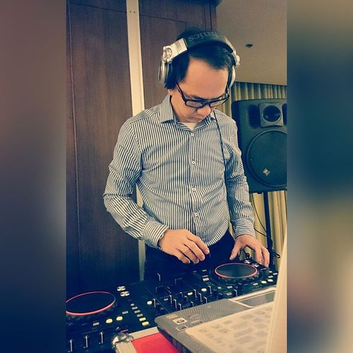 The 41st Young Hoteliers Exposition goes Amplified ! . . . Our deejay is in the house! . . . YHE Younghoteliersexposition Benilde csb shrim akic themanansala