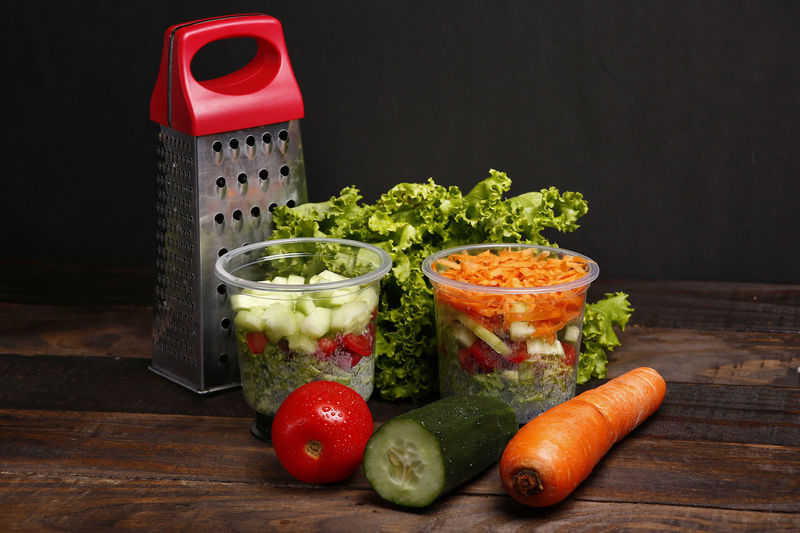 salada Food Vegetable Food And Drink Healthy Eating Freshness Indoors  Still Life Table No People Wellbeing Tomato Fruit Red Carrot Root Vegetable Studio Shot Lettuce Cucumber Pepper Close-up Black Background Chopped