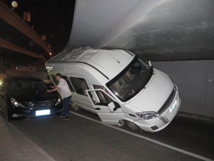 Bridge too low? / Brücke zu niedrig? Too Big Transporter Car Car Accident Stecken Bleiben Stuck In Traffic Stuck Under A Bridge Van