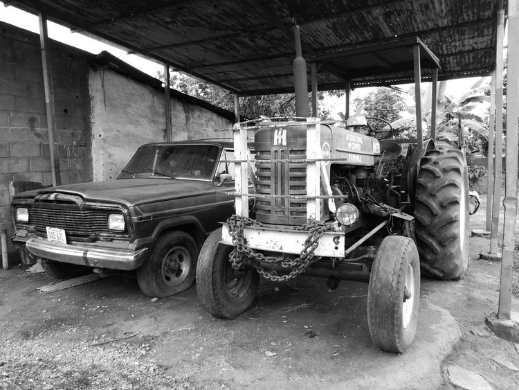 Old Land Vehicle No People International Farmall Tractor Jeep Venezuela Yaracuy Campo Agriculture Photography Transportation Mode Of Transport Car Stationary Day Indoors  Architecture Wheel Built Structure Indoors  Tire