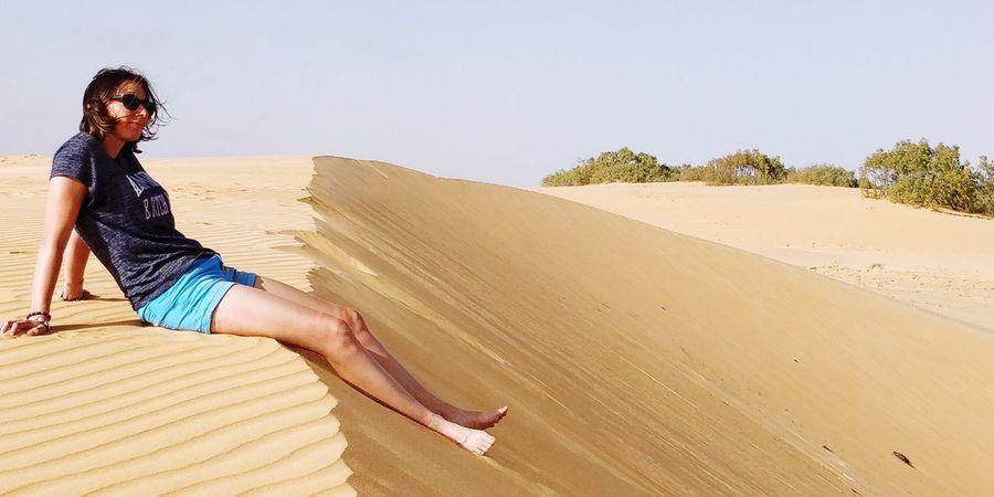 J'AI TOUJOURS AIMÉ LE DÉSERT. ON S'ASSOIT SUR UNE DUNE DE SABLE. ON NE VOIT RIEN. ON N'ENTEND RIEN. ET CEPENDANT QUELQUE CHOSE RAYONNE EN SILENCE... Antoine de Saint-Exupéry Senegal Desert Afrique Africa Lompoul It's Me Réflexion Love Africa Sand Dune Young Women Sand Beautiful Woman Arid Climate #FREIHEITBERLIN