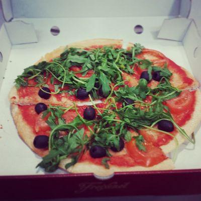 Mittagspausen Foodporn : Pizza mit Rucola , Tomaten und Oliven Und das alles in vegan :)