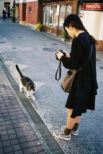 She meets kitty Kurashiki 35mm Film Kodak Portra Contax T3 Japan Travel Photography Streetphotography Relaxing Cat Enjoying Life