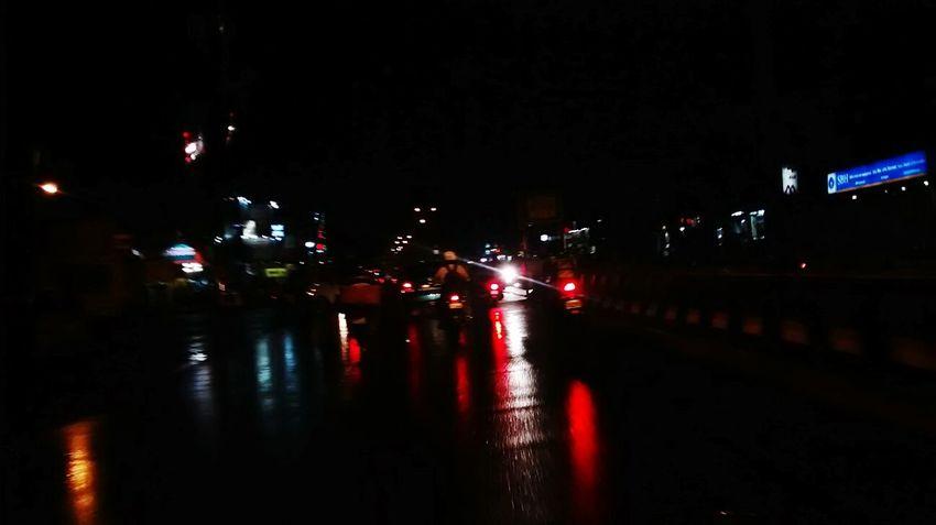Rainy night out. Splash ! Rainy Days☔ Rainy Road Taking Photos Hanging Out BREEZY Sprinkle Rain Reflection In The Road Enjoying
