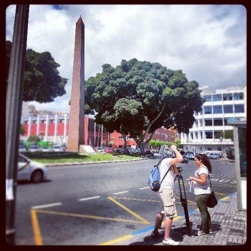 El Obelisco, plató improvisado ElObelisco Tom ásMorales LasPalmas Laspalmasdegrancanaria LPGC GranCanaria IslasCanarias Canarias CanaryIslands CanariasViva Cámara Camera Recording Television TV Árbol Tree Calle Street