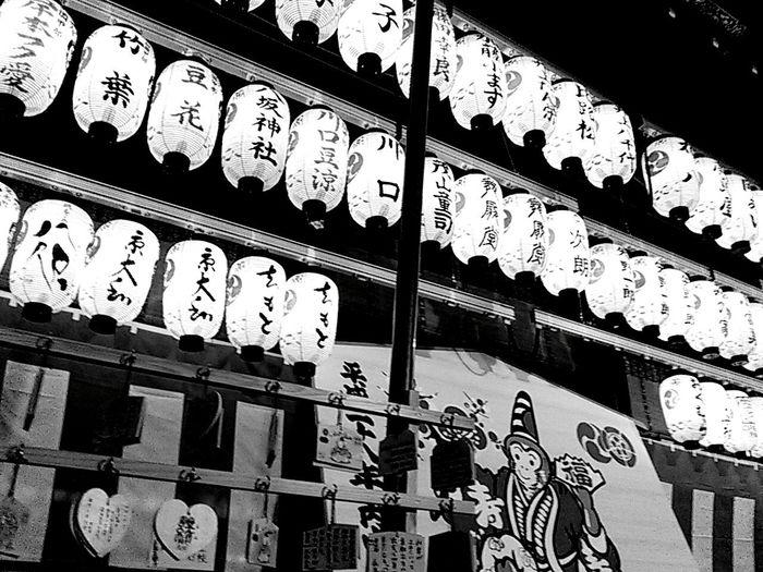 八坂神社舞殿。 京都 Kyoto 八坂神社 Yasaka-jinja Shrine 神社 Shrine 絵馬 提灯 モノクロ Blackandwhite