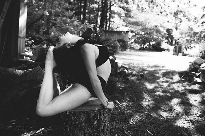 @debaunare . . . Bw Blackandwhite Monochrome Performer  Burlesque Contortion Bendy Flexible Fitness Asheville Avl 828