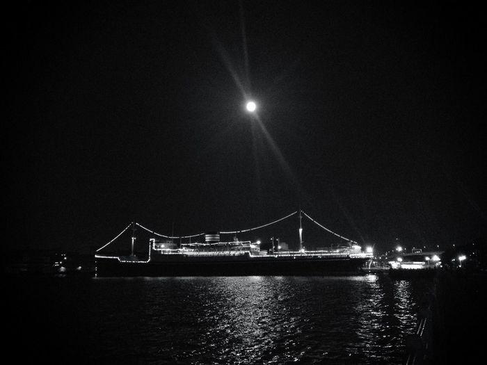 Enjoying the Mid-autumn Full Moon (in Blackandwhite )