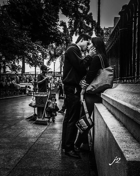 Blancoynegro Amor Pareja Besos Momentos Caracas Photography Check This Out Streetphotography Fotografia Streetphoto_bw Blackandwhitephotography Blackandwhite CCS Photo Vzla J2 Plaza Venezuela People Miciudad Mycity Gente They Love
