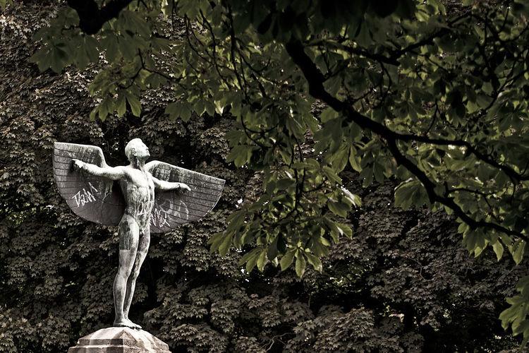 Architecture Architecturex Berlinx Fliegerx Flyx Iron Manx Parkx Sculpturex Skulpturx Skulpturesx Statuex Travel Destinationsx Urban Berlin Fly Skulptur Statue Urban Hidden Gems
