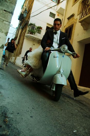Mariage à l'italienne Pouilles Street Photography Street Streetphotography Scooter Vespa Ostuni Italy Wedding Photography Wedding Mariage Men Real People Mature Adult Adult Transportation Arts Culture And Entertainment Day Outdoors Sitting People Adults Only Stories From The City The Street Photographer - 2018 EyeEm Awards