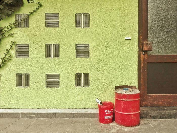 Sauerkraut und Zigaretten Door Barrel Bucket Red Colours Colourful Village Simplicity Wabi-sabi Pattern, Texture, Shape And Form Pattern Glas Bricks Ivy