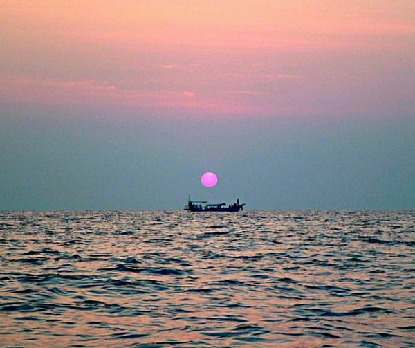 Red sun setting, near Koh Phi Phi, Thailand. Sunset Krabi Thailand Thailand Sea Being A Beach Bum Sunshine Enjoying The Sun Ocean Sun_collection Sun