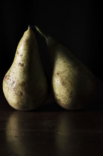 Black Background Close-up Dark Photography Day Food Food And Drink Freshness Fruit Fruta Frutas Y Verduras Healthy Eating Indoors  No People Pear Pera Still Life Studio Shot Table